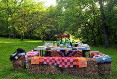 al fresco - hay bales! Outdoor Parties, Outdoor Entertaining, Outdoor Fun, Outdoor Decor, Outdoor Living Rooms, Outdoor Dining, Picnic Time, Al Fresco Dining, Outdoor Projects