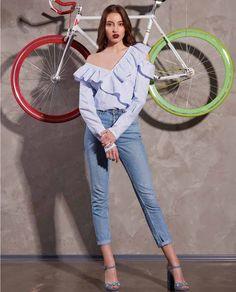 Purtata cu jeansi sau pantoloni eleganti, camasa dama casual DAISY va fi completarea perfecta pentru tinuta dumneavoastra. Confectionata dintr-ul material usor si delicat va ofera confortul de care aveti nevoie. Capri Pants, Jumpsuit, Casual, Dresses, Fashion, Capri Pants Outfits, Catsuit, Vestidos, Moda