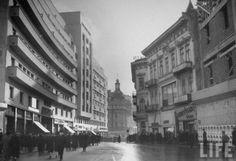 Calea Victoriei, 1940 Blocurile Generala şi Dragomir Niculescu, iar în dreapta imobilele pe locul cărora se va construi blocul Muzica şi Blocul Creţulescu în construcţie (unde azi se află Librăria Humanitas). În fundal, Hotel Continental