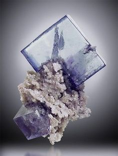 萤石+菱铁矿 FLUORITE on SIDERITE 萤石+菱铁矿,产自中国(Yaoganxian Mine, Yizhang Co., Hunan Prov., China),7.6 cm 高。Irv BROWN 收藏