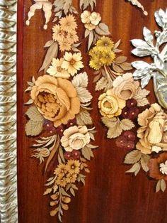 Marqueterie de fleurs sur une commode italienne .