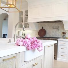 17 Our Favorite Kitchen Paint Colors Of All Time - Di Home Design Kitchen Reno, Kitchen Pantry, New Kitchen, Kitchen Remodel, Tudor Kitchen, Kitchen Ideas, Home Design, Interior Design, Kitchen Interior