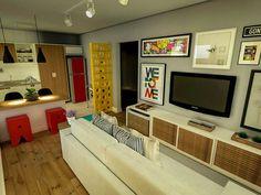 Uma sala pequena, estreita e colorida