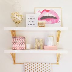 Estanterias LACK de IKEA con escuadra apoyo oro idea decor IKEA shelves with gold brackets.