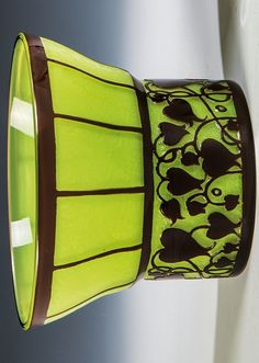 Seltene Vase  Farbloses Glas, mit apfelgrünem Opal unterfangen, in schwarz erscheinendem Violett überfangen. Umlaufend reliefert geätzter Dekor aus stilisierten tränenden Herzen. H. 9,2 cm Lit.: Lötz - Böhmisches Glas 1880 - 1940, Bd. 1, Abb. 345 & Bd. 2 Katalog der Musterschnitte, Serie III, Prod. Nr. 659  Hans Bolek (Entwurf), Loetz Wwe., Klostermühle, 1915 Bohemia Glass, Tango, Diaper Bag, Glass Art, Vase, Diaper Bags, Mothers Bag, Vases, Jars
