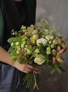 グリーンたっぷりの癒し系花束♪ Flowers For You, Green Flowers, Floral Flowers, Wedding Bouquets, Wedding Flowers, Sogetsu Ikebana, Flower Packaging, Flower Decorations, Flower Designs
