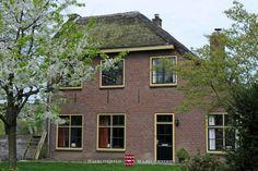 Vakantiewoning Abtsbouwing is gevestigd in een historische hofstede op het oudste gedeelte van het landgoed. Met een gezellige woonkamer met houtkachel, drie slaapkamers en twee badkamers, een moderne keuken en een ruime tuin, grenzend aan het Mariënwaerdtse bos. Geschikt voor 8 personen. www.marienwaerdt.nl