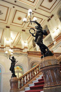 Main foyer stairway of Teatro Municipal. Photo by Sylvia Masini.