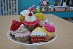 Cómo hacer cupcakes de crochet. Si te gusta el ganchillo, con este tutorial te resultará muy fácil crear estos divertidos dulces. ¡Seguro que te piden más de uno!