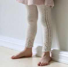 Baby Tights, Baby Leggings, Sweater Knitting Patterns, Knit Patterns, Knitting For Kids, Hand Knitting, Diy Knitting Projects, Knit Baby Pants, Diy Bebe