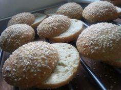 Luftigt bra hamburgerbröd. Ca 4 kolhydrater/100 g. Ingredienser: 6 stora bröd eller 8 små 50 g smält smör 6 ägg 1,5 dl vatten 2 dl mandelmjöl (80 g) 0,5 dl kokosnötsmjöl 1 dl sesamfrön 2 msk fiberh…