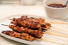 KYLLINGSATAY MED PEANØTTSAUS OG SPICY MANGOSALAT - TRINEs MATBLOGG Chicken Satay, Tandoori Chicken, Tapas Party, Tapas Recipes, Grilling, Spicy, Food Porn, Pork, Food And Drink