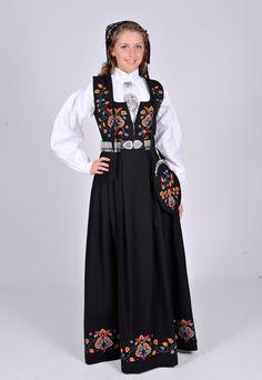 """Valdres """"gamle""""  Den """"gamle"""" Valdresbunaden er et resultat av samarbeidet mellom Hulda Garborg, Anna Johannesen og Aksel Waldemar. Og ble klar rundt 1914. Denne typen livkjoler dannet grunnlaget for slike kjoler, og det at den var brukt som kostyme i filmen """"Kristine Valdresdotter"""" gjorde den populær."""