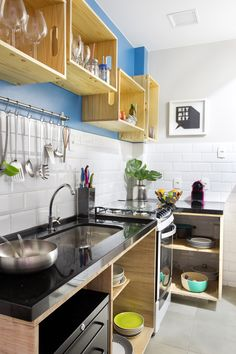 30 Nifty Small Kitchen Design and Decor Ideas to Transform Your Cooking Space - Decor 2019 Kitchen Colors, Kitchen Decor, Kitchen Design, Kitchen Storage, Kitchen Ideas, Kitchen Organization, Kitchen Countertops, Kitchen Cabinets, Kitchen Backsplash