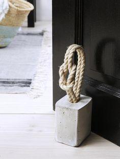 Idea para tope de puerta marítimo - Door stop idea - Maritime Deko-Ideen: Spiegel und Türstopper mit Tau Cement Art, Concrete Crafts, Concrete Art, Concrete Projects, Concrete Furniture, Diy Simple, Easy Diy, Decoration Inspiration, Door Stopper
