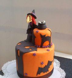 Se nos viene Halloween Tarta deorada  con fondant y pasta de goma