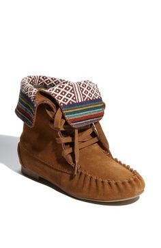 Free shipping and returns on Steve Madden 'J-Blanket' Boot (Little Kid & Big Kid) at Nordstrom.com. Moccasin influences dress down an easy boot finished with a fold-over collar that exposes a colorful, rustic lining.