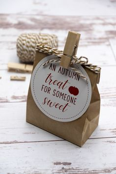 employee appreciation ideas Fall Free Printable Gift Tags Fun free printable autumn sweet treat tags with pumpkins. Perfect for Thanksgiving. Thanksgiving Teacher Gifts, Thanksgiving Messages, Fall Teacher Gifts, Thanksgiving Prayer, Thanksgiving Appetizers, Thanksgiving Outfit, Thanksgiving Decorations, Thanksgiving Recipes, Secret Pal Gifts
