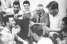 Fatos & Fotos da História do Brasil Ao fundo, Castro Neves, Sérgio Ricardo, Ari Barroso e Tom. Em primeiro plano: João Gilberto e Ronaldo Bôscoli (extrema direita).