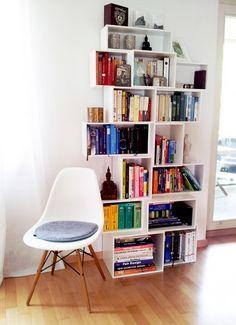 Arranged using wide modules: shelf unit in white for different book formats. Sofas, Modular Storage, Design Moderne, Bookshelves, Kids Room, Sweet Home, Living Room, Bedroom, Table