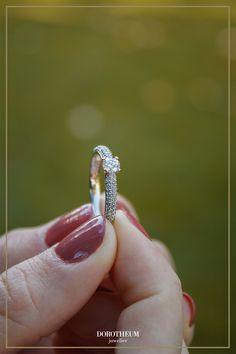 Ein Verlobungsring für Romantiker: eine Fassung in Herzform, ein Herz an der Innenseite des Rings und ein Herz seitlich am Ringkopf. Der funkelnde Brillantsolitär ist von kleineren Brillanten auf der Ringschiene umgeben.