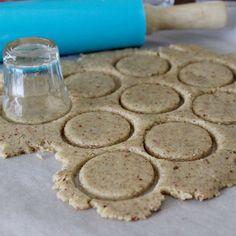 Een borrelglaasje als koekjes uitsteker | eethetbeter.nl