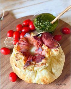 Para surpreender o seu dia temos a experiência gastronômica perfeita: BURRATA EN CROÛTE! Crocante por fora e macia por dentro ela vem recheada com presunto cru espanhol e tomatinhos cereja. Você vai querer pedir mais! Peça a sua clicando no link da Bio! #BrieToMe #burratalovers #burratagram #tabuacaprese #burrataencroute #grazingfood #manaus Brie, Grazing Food, Camembert Cheese, Dairy, Link, Cherry Tomatoes, Ham, Manaus, Spanish