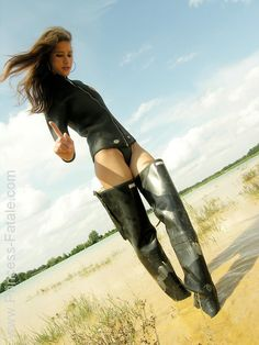 like sexe in hunter boots and waders Wellies Rain Boots, Mud Boots, Mudding Girls, Rubber Shoes, Biker Style, Biker Girl, Rain Wear, Thigh High Boots, Girls Jeans