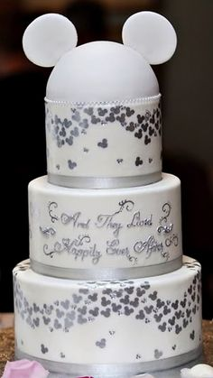 and they lived happily ever after mickey wedding cake! I love except I want bride and groom (mickey and minnie) cake topper! Fancy Cakes, Cute Cakes, Gateau Theme Mickey, Mickey And Minnie Wedding, Wedding Disney, Disney Mickey, Disney Weddings, Disney Ears, Disney Mouse