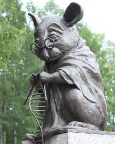 Monumento em homenagem aos ratos sacrificados em pesquisas científicas, em Novosibirsk, Rússia.