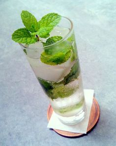 The Mojito has grown inside the rankings to get among the most recommended cocktails. Vodka Drinks, Bar Drinks, Beverages, Mojito Drink, Mint Mojito, Bebidas Com Rum, Cocktail Illustration, Alcoholic Punch, Cocktail Recipes