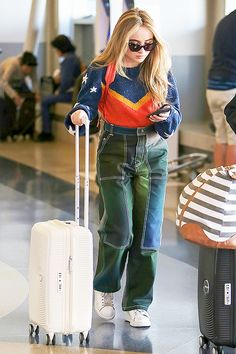 Sabrina Carpenter At Lax Airport In Los Angeles Celebrity Outfits, Celebrity Style, Sabrina Carpenter Outfits, Girl Meets World, Millie Bobby Brown, Celebs, Celebrities, Mode Style, Aesthetic Clothes
