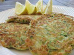 courgettebeignets.....ingrediënten:  • 1 courgette van 350 g • 1 halve ui, gesnipperd • 125 g feta ( kleine stukjes ) • 6 blaadjes basilicum, gehakt • zout en peper • 3 eieren, losgeklopt • olijfolie, om in te bakken ( origineel van Maaike van Kessel )