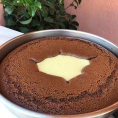 Κεικ κρατηρας Σοκολατένιο κεικ με κρεμα βανίλια ❤️ Υλικά για την κρέμα ·780 γάλα (4 φλιτζάνια) ·3 κουταλιές σούπας κορν φλάουερ η άνθο αραβοσίτου βανίλια ·2 κουταλιές σούπας αλεύρι γ.ο.χ ·5 κουταλιές σούπας ζάχαρη ·1 βανίλια για το κορν φλάουερ ·λίγο βούτυρο για το κέικ ·3
