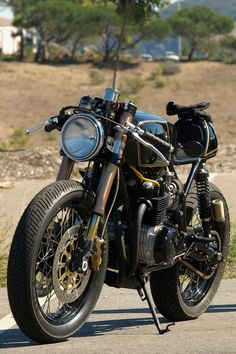 Honda CB550 Cafe Racer. I think this is so cool