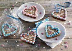 Die beliebten Lebkuchenherzen lassen sich leicht selbst herstellen und sind ein tolles Mitbringsel oder Platzkärtchen!