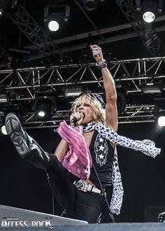 9/8 - 2014 Först ut påGreen StagepåGetaway Rock Festivals tredje, och tyvärr sista, dag ärMichael Monroe. Denna fantastiska frontman säger att han har beställt bra väder till detta gig, och bra väder har vi minsann fått. Festivalbesökarna har vaknat till liv nu när klockan har