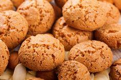 Ricetta amaretti|La ricetta per preparare in casa gli amaretti, dolcetti a base di mandorle, dal cuore morbido, croccanti fuori, l'ideale con una tazza di tè.