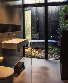 A ravishing outdoor bath with such stylish interior and brimming with natural light.