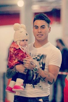 Eduardo Vargas Good Soccer Players, Poses, Winter Hats, Love You, Football, Stars, Rey, People, Pictures