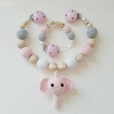Ein Set aus Kinderwagenkette und Schnullerkette für die kleine Ella my own pattern @ma_ria_242 #häkeln #baby #schwanger #babygeschenk #amigurumi #mommytobe #momtobe #pregnant #babygirl #babyboy #craftastherapy #handmade #crochet #crochetlove #crochetaddict #idalinocrochet #instamum #instababy #instacrochet #babybump #handmadetoy #crochetinspiration #elephant #elefant #schnullerkette #kinderwagenkette #virka #haken #schnullerkettemitname #greifling