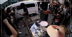 """NOIZE """"Virada na Kombi"""" (Francieli Souza; 25 maio 13; SP) / Insatisfeitos com a programação de rock da Virada Cultural 2013, um grupo de amigos e fãs de metal resolveu, por conta própria, criar um palco alternativo em frente à Galeria do Rock, a poucos metros da agitação do evento oficial.  Com instrumentos carregados por uma Kombi branca, eles se instalaram no Largo Paissandú e se revezaram. Foram 16 bandas, de diversos subgêneros."""
