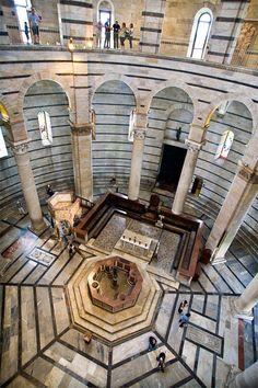 Interior del Baptisterio, Pisa  Italy  Fue el segundo edificio de la plaza en erigirse después de la catedral y antes de la torre. Es el baptisterio más grande de Italia. Comenzó a construirse en 1152, en estilo románico.