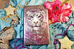 Ein verzauberter Prinz, ein junges Mädchen, da wird es doch wohl auch zu einem Kuss kommen, oder nicht?🐅💋 Ich liebe dieses Cover und diese abenteuerliche Geschichte, die mich zu Göttern, Tempeln und Indien führte.✨  #colleenhouck #buch #buecher #bücher #reading #lesen #tiger