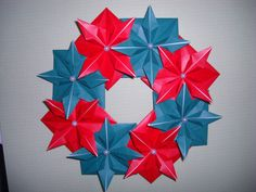 Tutorial para hacer esta Corona de Navidad con Origami (papel doblado) en: http://trucosyastucias.com/decorar-reciclando/tutorial-corona-de-navidad-con-origami-papel-doblado#origami #navidad #manualidades #DIY #tutoriales