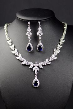 Navy blue bridal set For other models, you can visit the category. Rose Gold Wedding Jewelry, Gold Bridal Earrings, Gold Jewelry, Jewelery, Jewelry Accessories, Jewelry Design, Cartier Jewelry, Wedding Rings, Wedding Stage