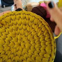 Bom dia! dica de hoje: subida da carreira do fundo do cesto em ponto baixo centrado com detalhes. #zelpatchcroche #croche #crochet #pontobaixocentrado #cestodecroche #crochetbasket #yarn #knit #knitting #fiosguarani #eusousustentavel #videoaula