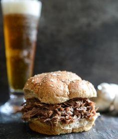 Sándwiches de Carne Guisada, Azúcar Morena y Ajo Asado en Olla de Barro