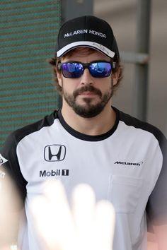Fernando Alonso, piloto español de Fórmula 1. Ha ganado dos veces el Campeonato Mundial de Pilotos de Fórmula 1 en 2005 y 2006 con la marca de coches Renault. Ha sido subcampeón en 2010, 2012 y 2013, y obtuvo un tercer puesto en 2007. Premio Príncipe de Asturias del Deporte, 2005.