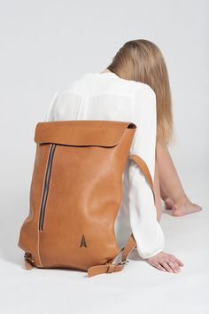 SIMPLE BACKPACK / Jakob Lukosch Leather is an especially sensual material. Backpack Bags, Leather Backpack, Puppy Backpack, Hiking Backpack, My Bags, Purses And Bags, Leather Bags Handmade, Beautiful Bags, Weekender